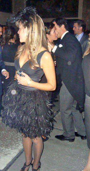 Vestido negro de cóctel con plumas