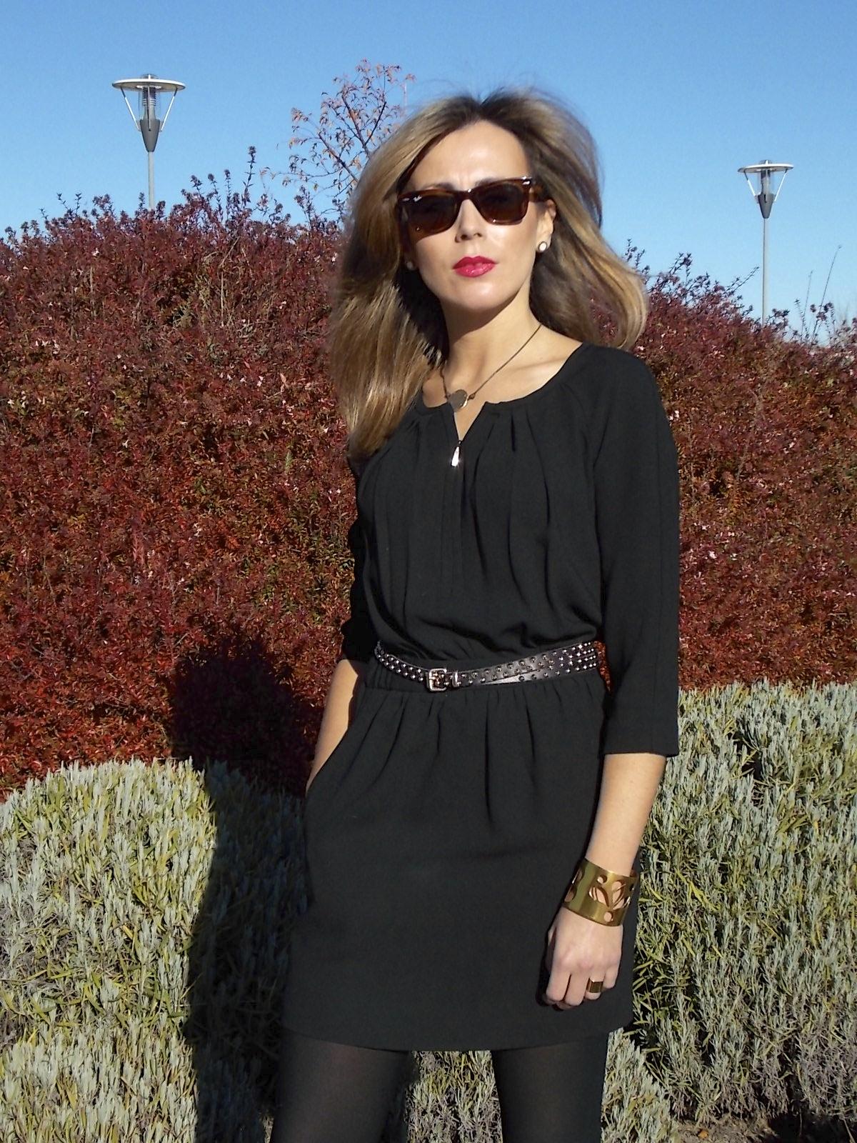 Vestido negro con zapatos color camel
