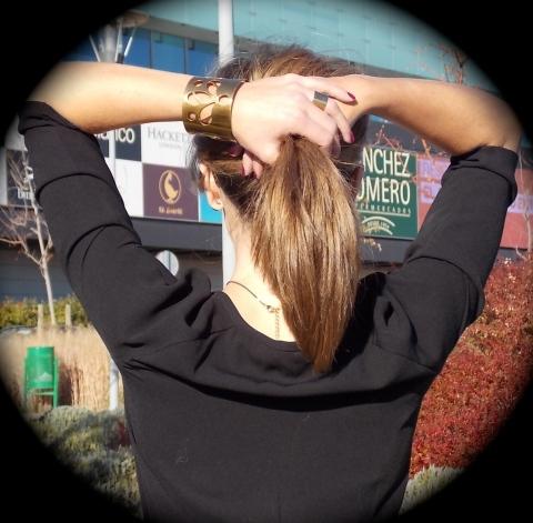 Look negro con complementos dorados