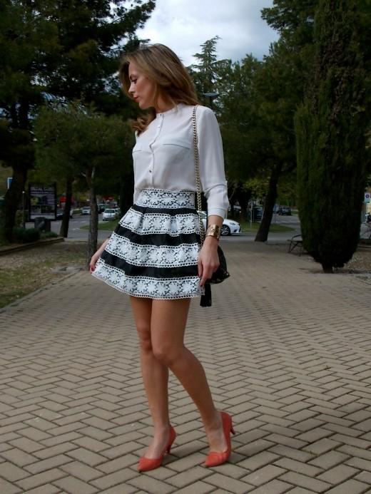 Combinar blanco y negro con coral